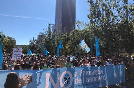 Barcelona surt al carrer per aturar l'ampliació de l'aeroport